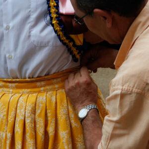 Ajustando la vestimenta para la Danza de Anguiano, La Rioja