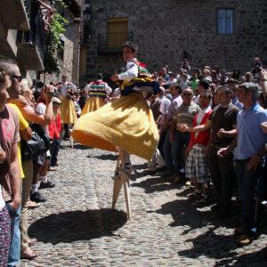 Bajada de la cuesta por los Danzadores de Anguiano, La Rioja